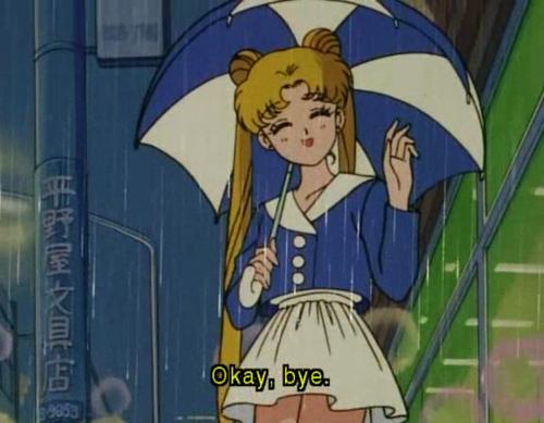 """Sailor Moon steht mit Schirm im Regen und winkt mit den Worten \""""Okay, bye.\"""""""